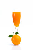 Plein verre de jus d'orange et de fruit orange sur le fond blanc Image stock