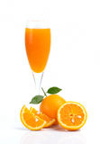 Plein verre de jus d'orange et de fruit orange sur le fond blanc Images libres de droits