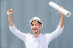 Pleine énergie Architecte bel émotif agréable se levant le sien Photographie stock libre de droits