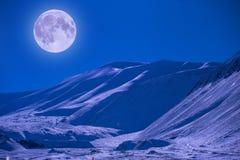 Pleine étoile superbe rouge arctique polaire de ciel d'éclipse de lune en Norvège le Svalbard en montagnes de ville de Longyearby images stock