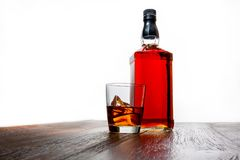 Pleine bouteille de whiskey d'isolement sur le blanc photo stock