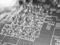 Pleine carte de foyer avec des puces et d'autres composants électroniques Technologie des communications d'ordinateur et de mise  Image libre de droits