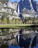 Pleine cascade au parc national la Californie de Yosemite image stock