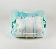 Pleine couche-culotte de bébé sur un fond blanc Photos stock