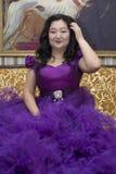 Pleine femme asiatique dans une robe lilas luxuriante Photographie stock libre de droits