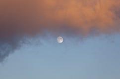 Pleine lune à la lumière du jour Image libre de droits