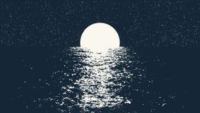 Pleine lune à la mer de nuit Images stock