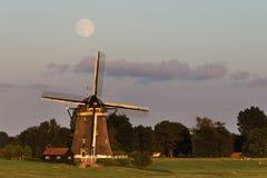 Pleine lune au-dessus d'un moulin à vent Photos libres de droits