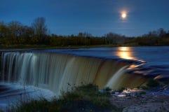 pleine lune au-dessus de cascade à écriture ligne par ligne Photos stock