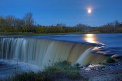 pleine lune au-dessus de cascade à écriture ligne par ligne Photo stock