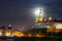 Pleine lune au-dessus de château de Wawel à Cracovie, Pologne Photos libres de droits