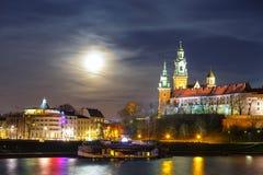 Pleine lune au-dessus de château de Wawel à Cracovie, Pologne Photographie stock libre de droits