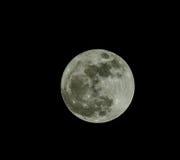 Pleine lune au-dessus de ciel de noir foncé la nuit photos stock