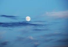 Pleine lune au-dessus de ciel de soirée photo libre de droits