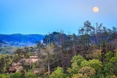 Pleine lune au-dessus de gorge de la rivière rouge au Kentucky image stock