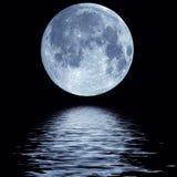Pleine lune au-dessus de l'eau Image stock