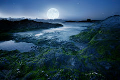 Pleine lune au-dessus de la plage photo stock
