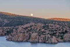 Pleine lune au-dessus de lac watson Images libres de droits