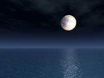 Pleine lune au-dessus de mer Photographie stock libre de droits