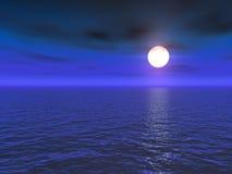 Pleine lune au-dessus de mer Photographie stock
