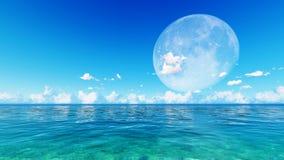 Pleine lune au-dessus de mer et de ciel bleus Image stock
