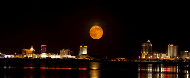 Pleine lune au-dessus de New Jersey d'Atlantic City Images libres de droits