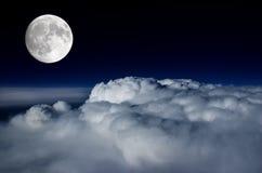 Pleine lune au-dessus de paquet de nuage Photo libre de droits