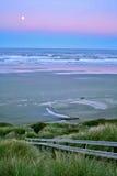 Pleine lune au-dessus de plage de Newport Images libres de droits