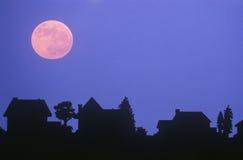 Pleine lune au-dessus des maisons familiales Images libres de droits