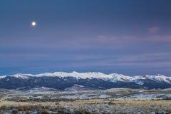 Pleine lune au-dessus des montagnes Images libres de droits