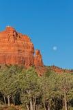 Pleine lune au-dessus des roches de rouge de Sedona Photos stock