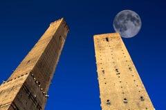 Pleine lune au-dessus des tours de Bologna, Italie Photographie stock