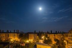 Pleine lune au-dessus du voisinage Photographie stock