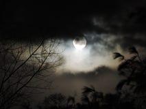 Pleine lune avec le roulement de nébulosité dedans photo stock