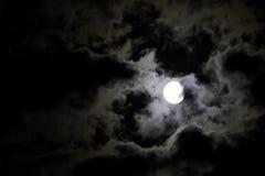 Pleine lune blanche et nuages blancs mystérieux contre un b Images stock