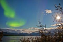 Pleine lune d'aurora borealis au-dessus de lac Laberge le Yukon Images libres de droits