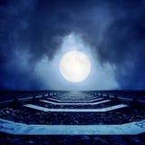 Pleine lune dans les nuages et le chemin de fer Image libre de droits