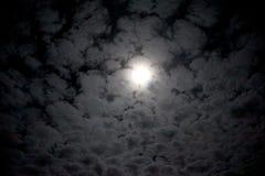Pleine lune derrière les nuages Images stock