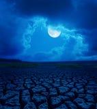 Pleine lune en nuages au-dessus de désert Photographie stock