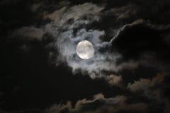 Pleine lune en nuages blancs mystérieux contre un Ni noir Photos libres de droits