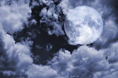 Pleine lune et ciel nuageux aux éléments de nuit de cette image meublés par la NASA photo stock