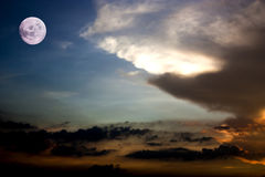 Pleine lune et le fond de ciel de coucher du soleil Élément de pleine lune Photographie stock libre de droits
