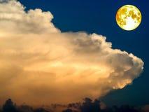 pleine lune et nuage chaud de ton Images libres de droits