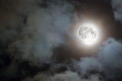 Pleine lune et nuages blancs la nuit Image stock