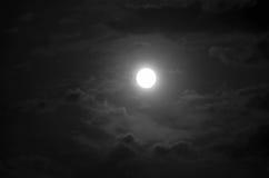 Pleine lune et nuages la nuit Image stock