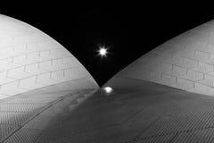 Pleine lune et théatre de l'$opéra de Sydney Images stock