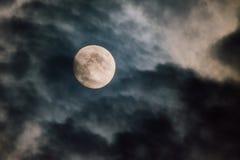 Pleine lune fantasmagorique pendant la nuit photo libre de droits