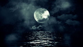 Pleine lune fantastique avec la nuit étoilée se reflétant au-dessus de l'eau avec les nuages et la brume clips vidéos