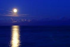 Pleine lune incroyable reflétée en mer Images libres de droits