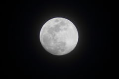 Pleine lune lumineuse en avril Image stock